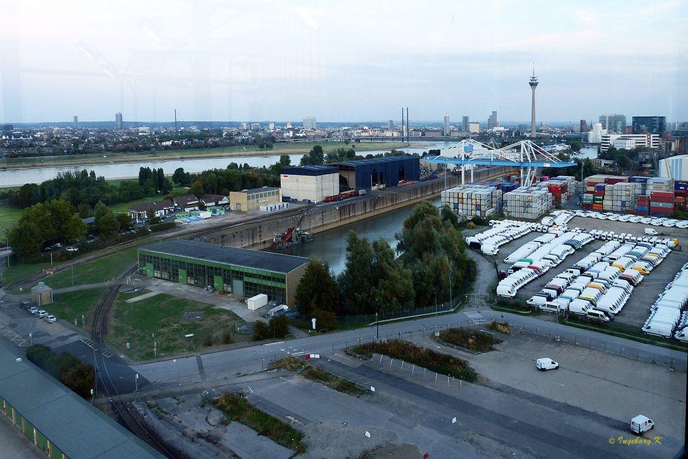 Kraftwerk Lausward - Blick das Hafengelände und Düsseldorf