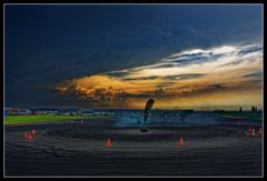 Kreisverkehr mit dunklem Wetter