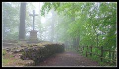 Kreuz im Morgennebel auf der Iburg (bei Bad Driburg)