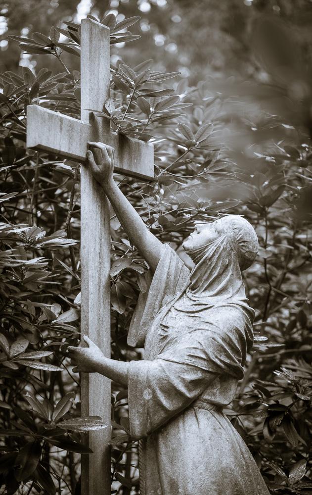 Kreuz mit Frau in Kutte Grabmal Stolley