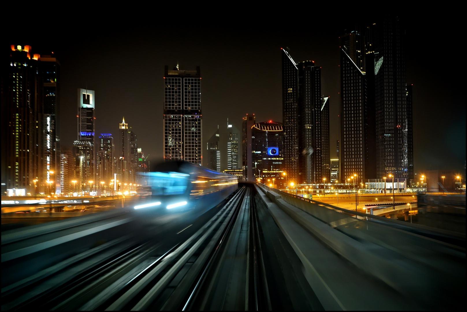 Kreuzen der Dubai Metro