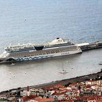 Kreuzfahrtschiff AIDAbella im Hafen von Funchal auf der Insel Madeira