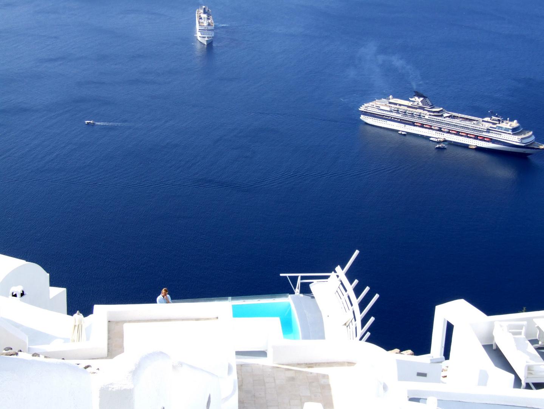 Kreuzfahrtschiff an der Caldera
