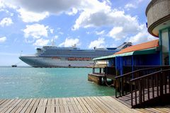 Kreuzfahrtschiff in Aruba