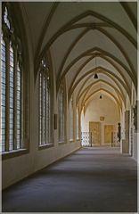 Kreuzgang mit Fenstern zum Domherrenfriedhof