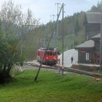 Kreuzung mit einem Regionalzug der Matterhorn-Gotthard-Bahn----