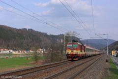 Krippen, 371 015, EC 172, im Hintergrund die Schrammsteine, April 2013