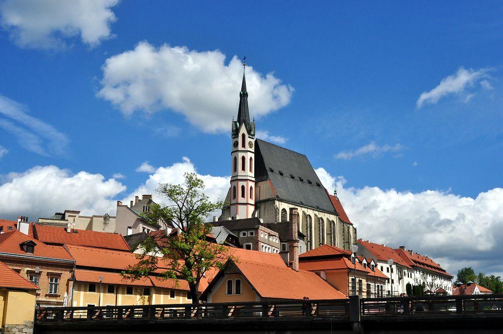 Krumaus Kirche vom Ufer der Moldau aus