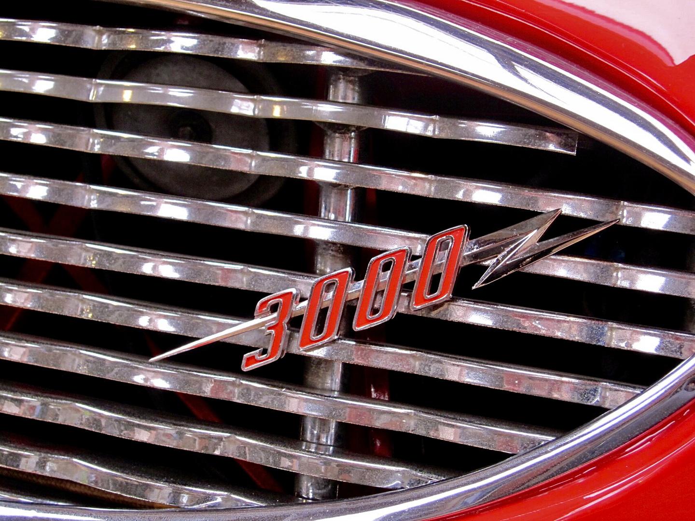 Kühlergrill eines roten Austin Healey 3000