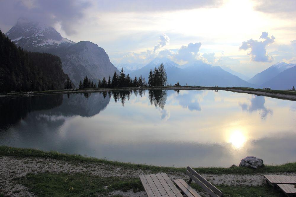 künstlich angelegter Teich im Gegenlicht