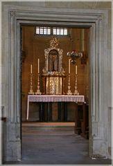 Künstvoller Altar in der Sakramentskapelle