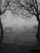 Küstenstadt im Nebel