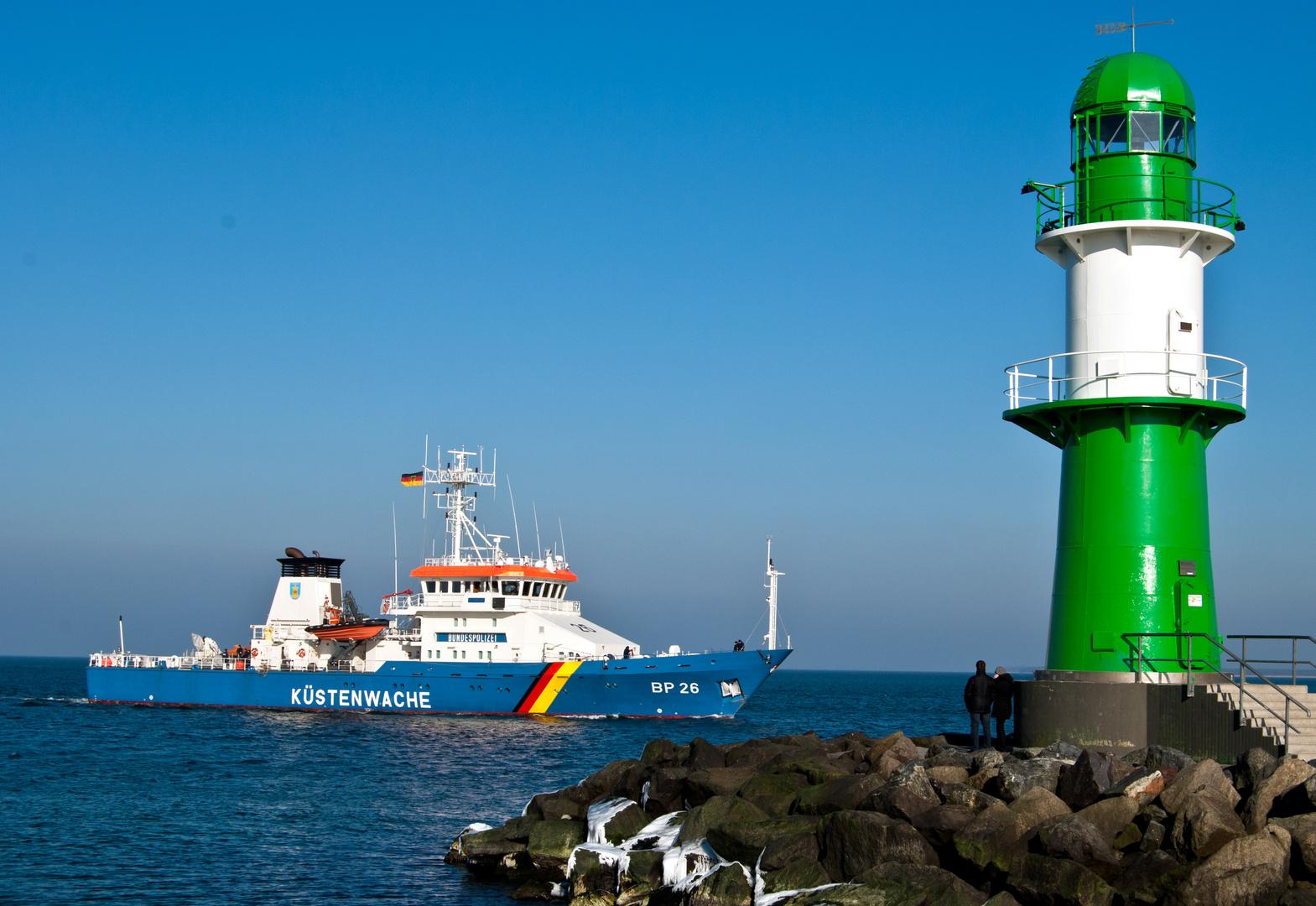 Küstenwache beim Einlaufen in Warnemünde