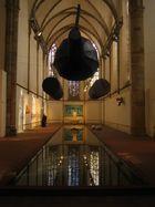 kunstausstellung in einer kirche
