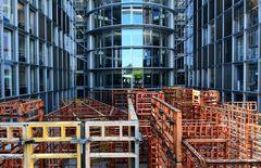 Kunstlabyrinth und Gebäudespiegelungen