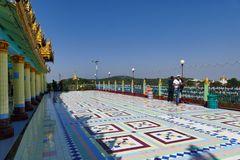 ...kunstvolle Kacheln und beste Aussicht auf den Irrawaddy...