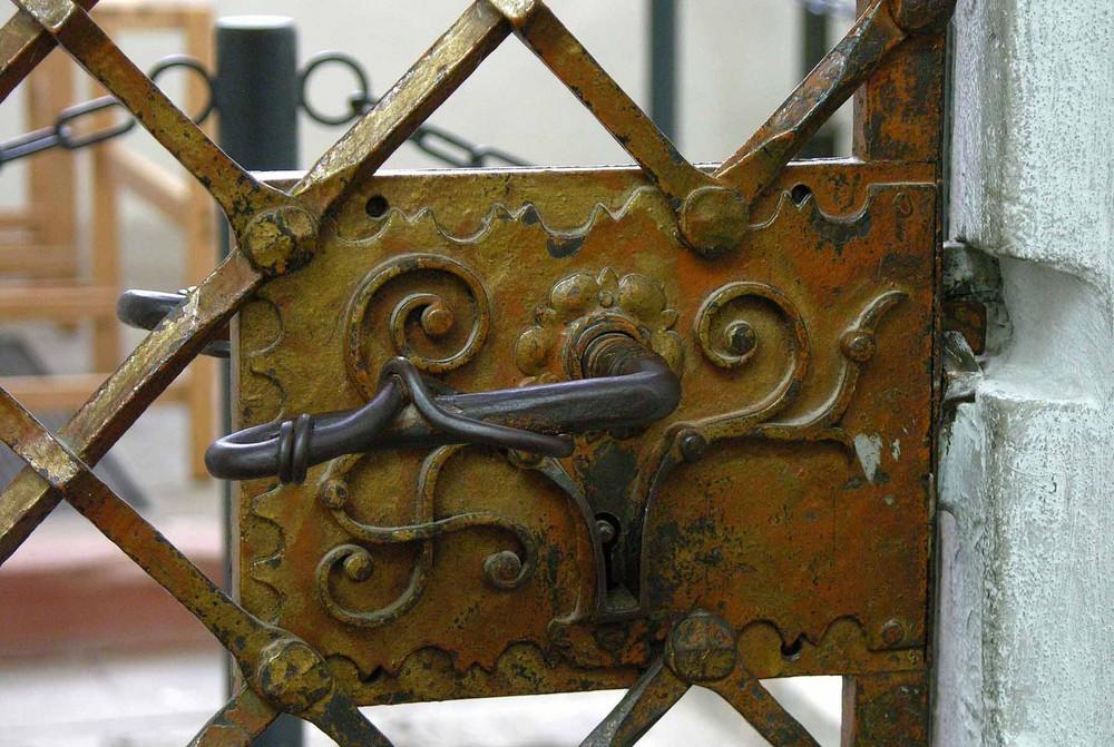 Kunstvolles Gitter mit Schloß