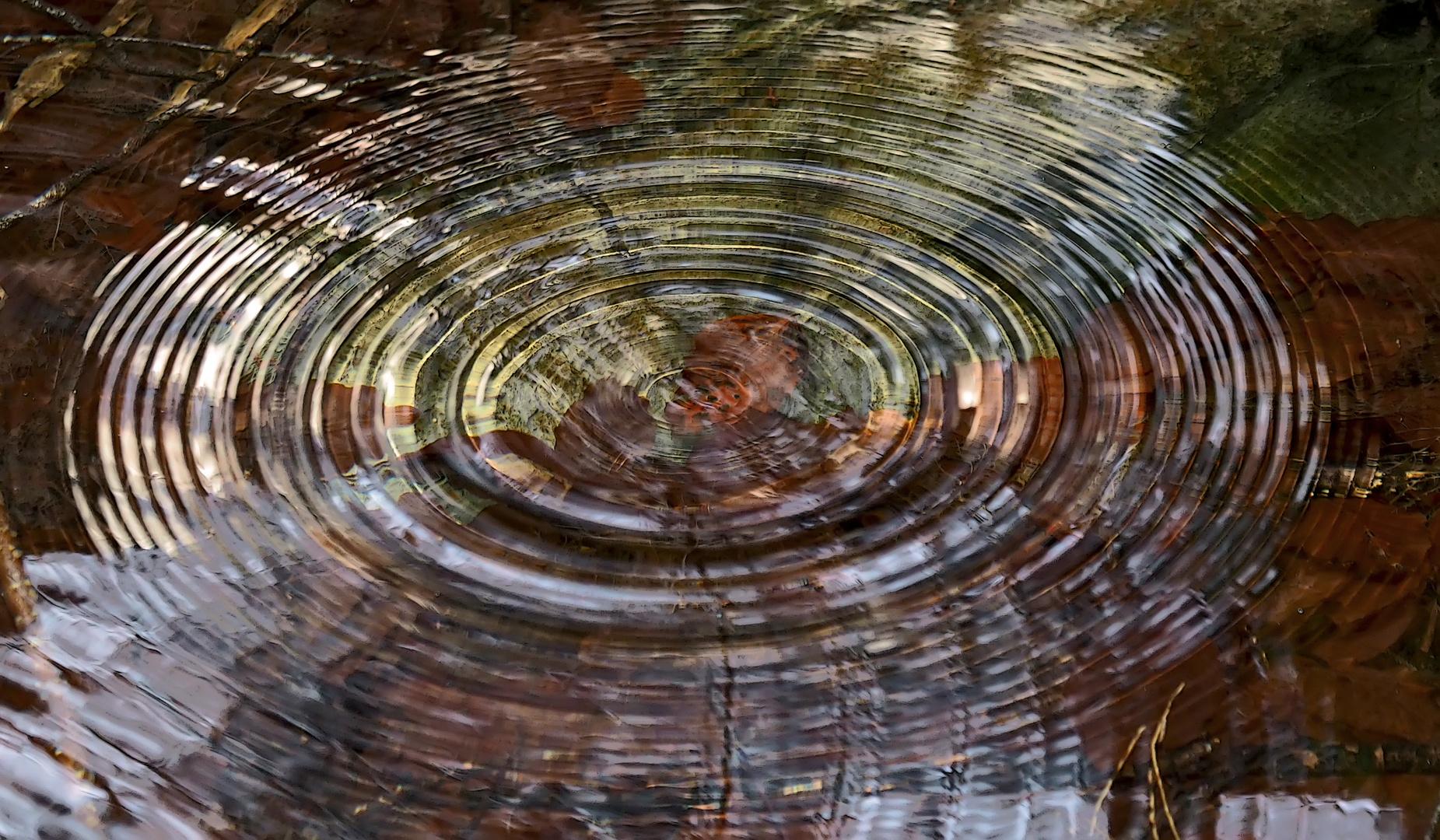 Kunstwerk der Tropfen, die ins Wasser gefallen sind. - L'art des gouttes tombées dans l'eau!