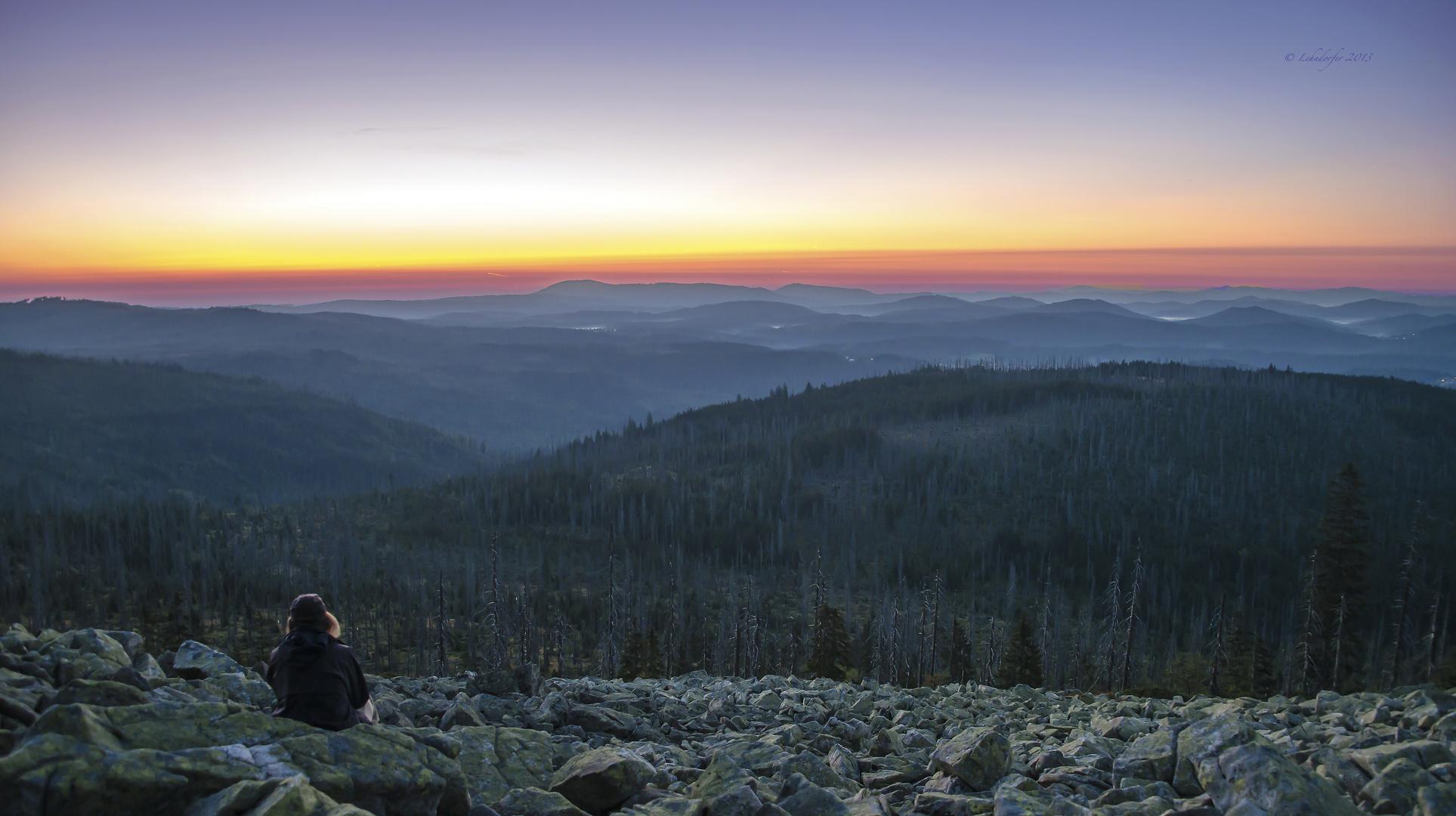 Kurz vor Sonnenaufgang auf dem Gipfel des Lusen