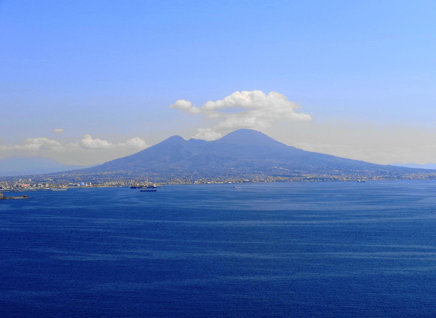 La bahía de Nápoles con el Vesubio de fondo