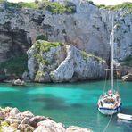 """La barca e il """"suo"""" mare. Minorca, Cala en Coves."""