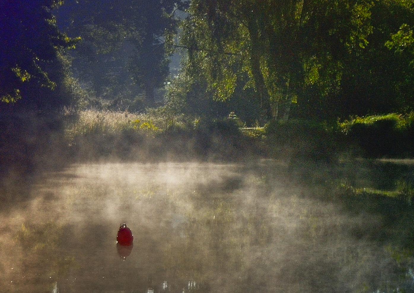 La bouée rouge dans la brume