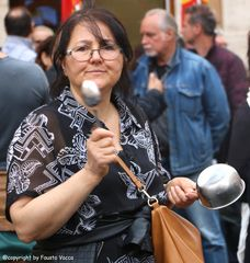 La casalinga arrabbiata manifesta a modo suo...