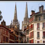 La cathédrale de Bayonne vue d'une rue