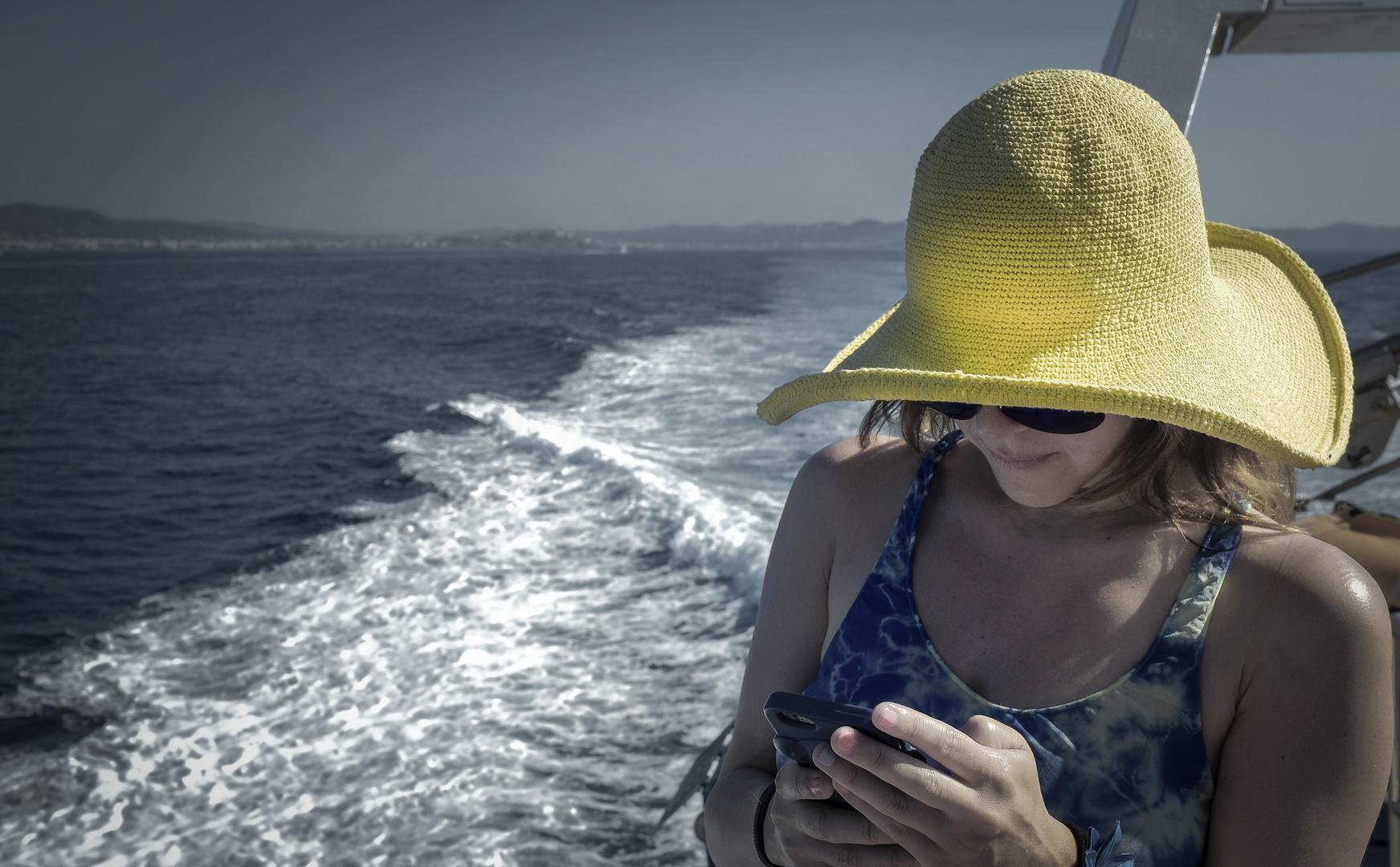 La chica del sombrero amarillo.