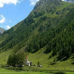 La chiesetta e la montagna, in estate
