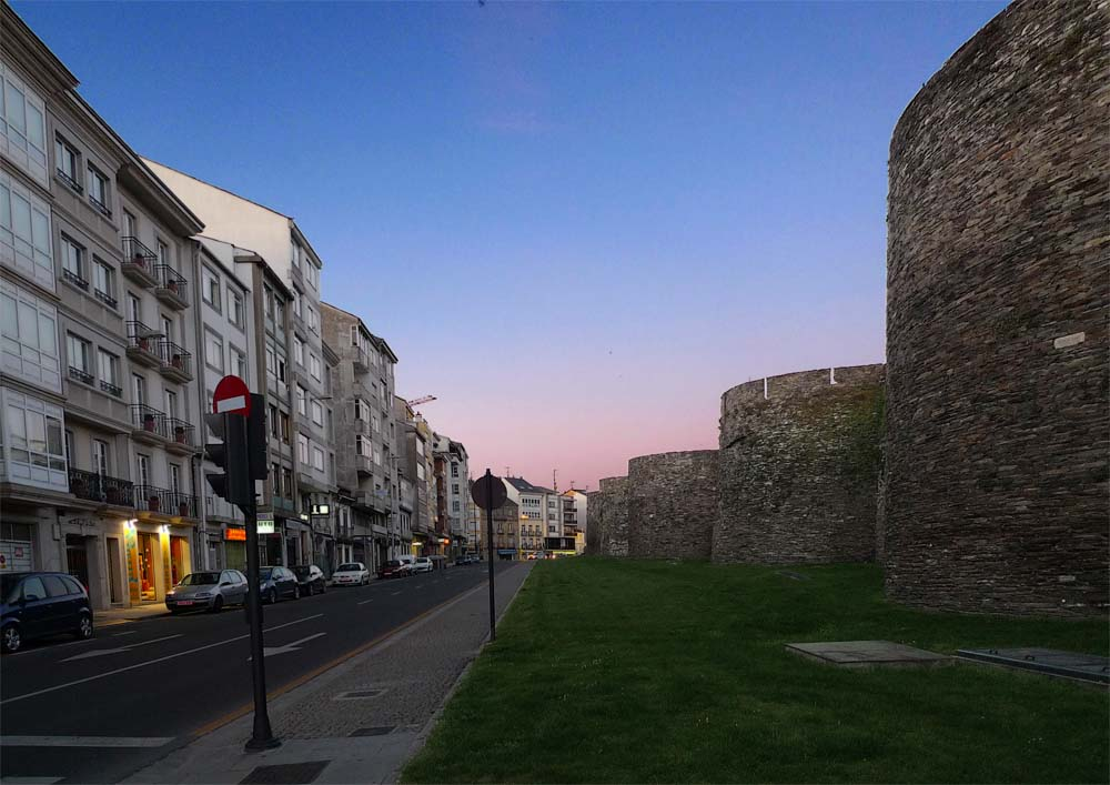 La ciclopea ciudad de Lugo, rodeada por su muralla.
