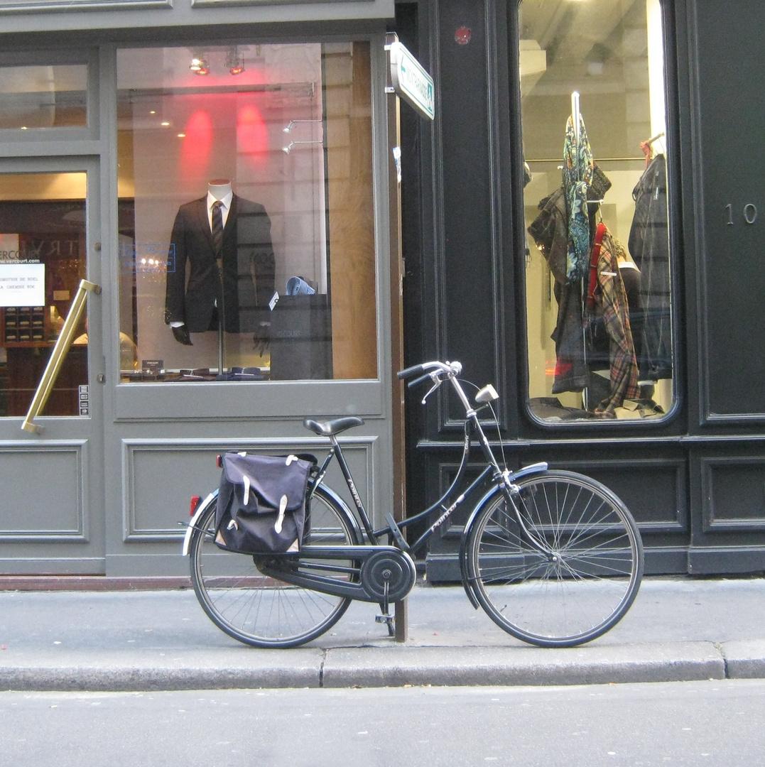 la classe des vélos Hollandais .......rue de Tournon Paris VI arr