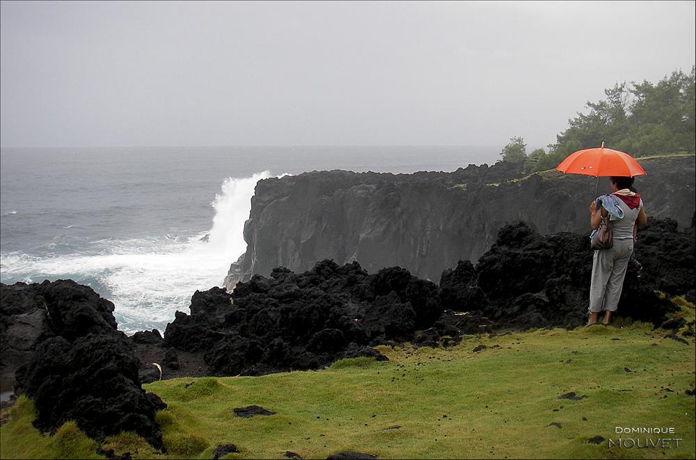 la dame au parapluie rouge de la falaise...