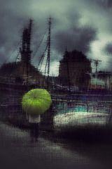 La femme au parapluie arrive au cimetière des bateaux (69)