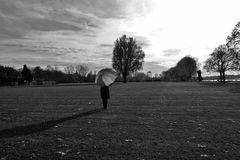 La femme au parapluie; profite du soleil chaud (108)