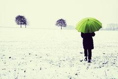 La femme au parapluie; profiter de l'épisode d'hiver (102)