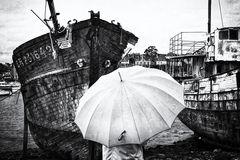 La femme au parapluie se tient devant les épaves, pleine de mémoires ! (75)