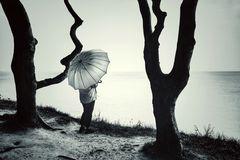 La femme au parapluie se tient entre deux arbres (95)