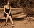La fille sur le banc