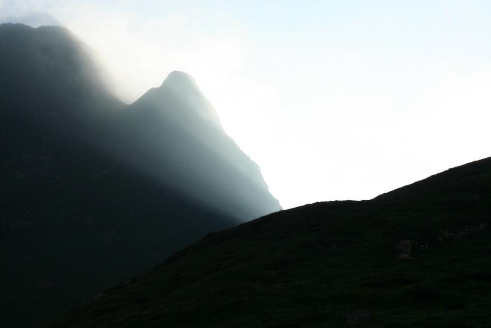 La luce comincia a filtrare tra le montagne.