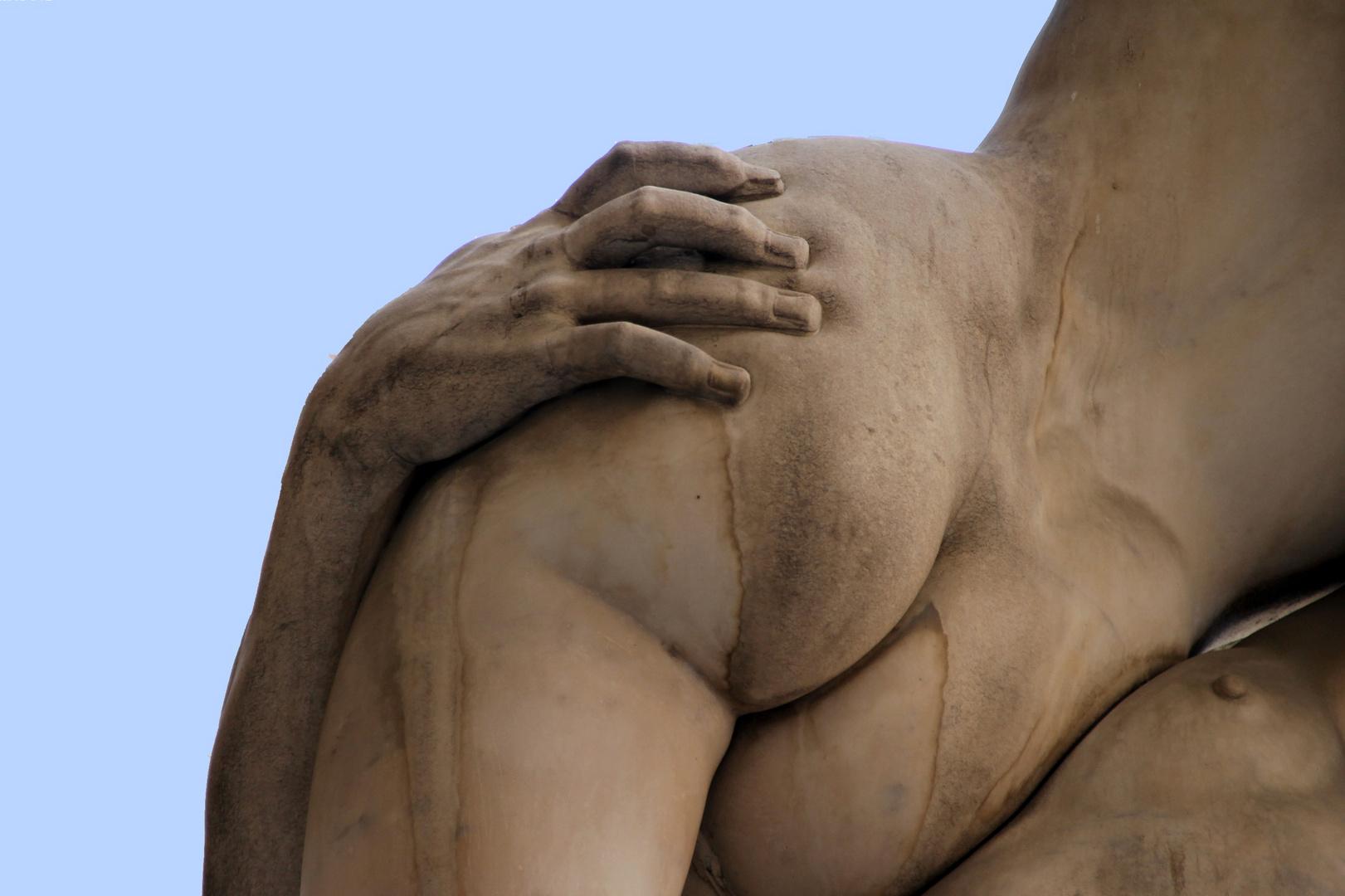 la main aux fesses en sculpture !
