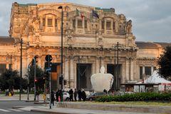 La mela della Stazione Centrale di Milano