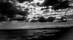 la mer et les nuages en noir et blanc