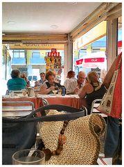 La nuova moda a Portugal...cane mangia a tavolo!
