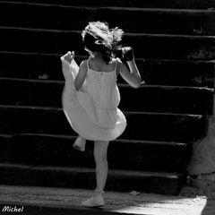 La petite fille dans le soleil.