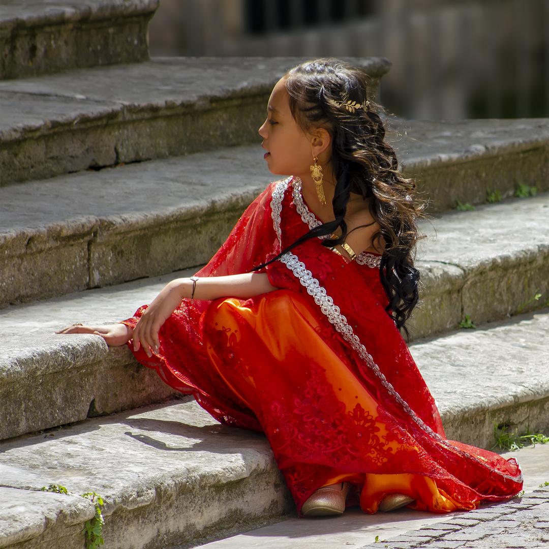 La petite fille en tunique rouge