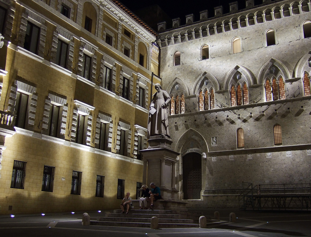 La Piazza illuminata