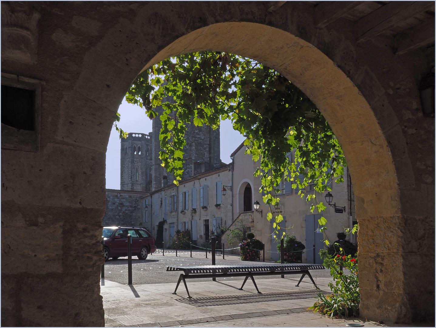 La Place Centrale et la Collégiale de La Romieu (Gers)