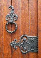 la porte de l'église.