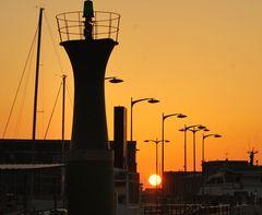 la puesta entre edificios y farolas II  (puerto de vigo )